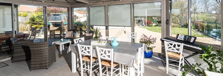 une veranda lumineuse avec des plantes