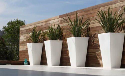 Pots de fleurs design sur une terrasse moderne