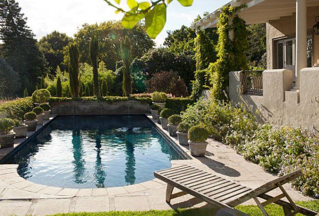 piscine-plantes-terrasse-transat-pots-arbres-arbustes-fleurs